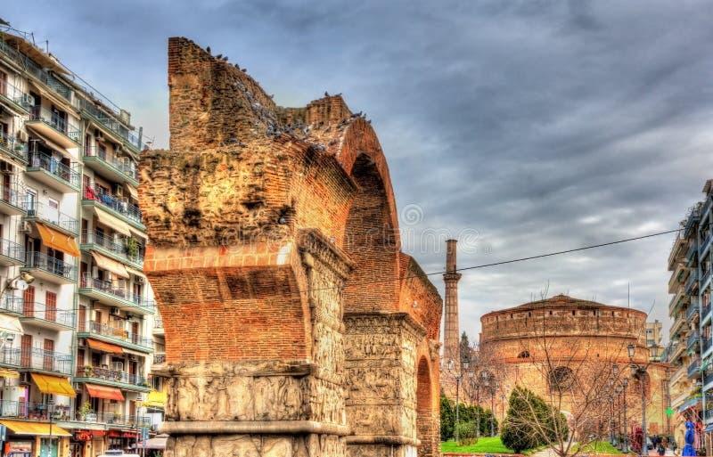 Båge av Galerius och rotundan i Thessaloniki royaltyfri fotografi