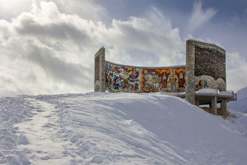 `-Båge av kamratskap av folk`, en jätte- mosaikpanel - en gränsmärke på den georgiska militära vägen arkivbilder