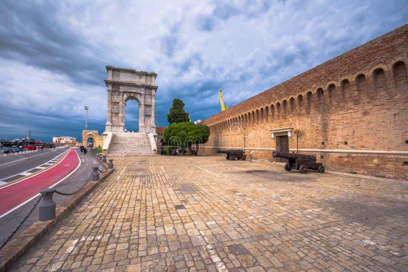 Båge av Trajan, Ancona, Italien royaltyfri foto