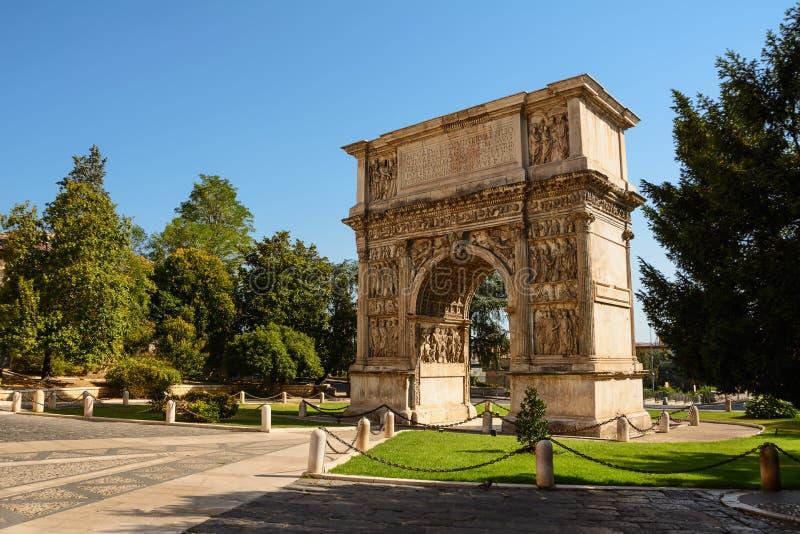 Båge av Trajan i Benevento Italien royaltyfri fotografi