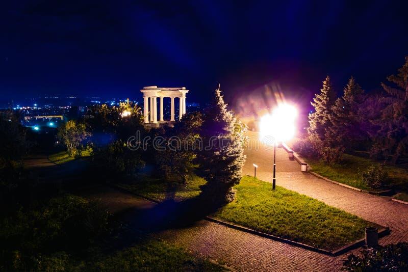 Båge av vänner i Poltava, Ukraina färgrik bild på natten Text säger royaltyfri foto