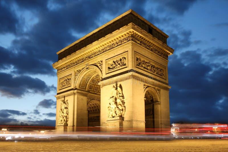 båge de afton berömd france paris triumf arkivbild