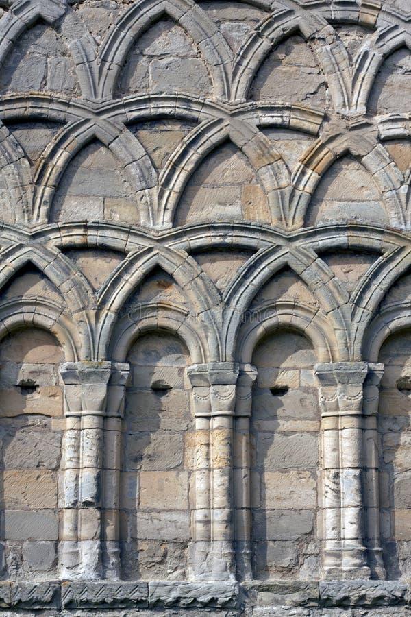 båge dekorerad england medeltida priorywenlock royaltyfria bilder