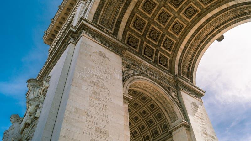BÅGE FÖR LÅG VINKEL AV TRIUMPH PARIS royaltyfria foton