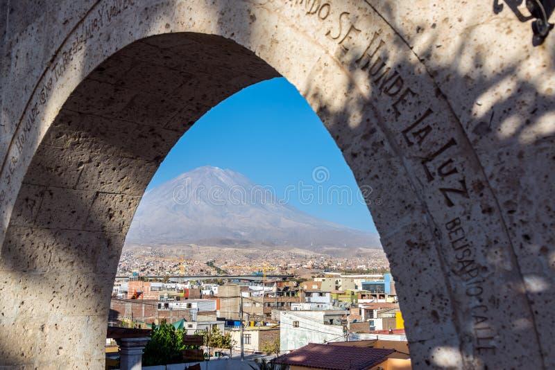 Båge och El Misti Volcano arkivbild