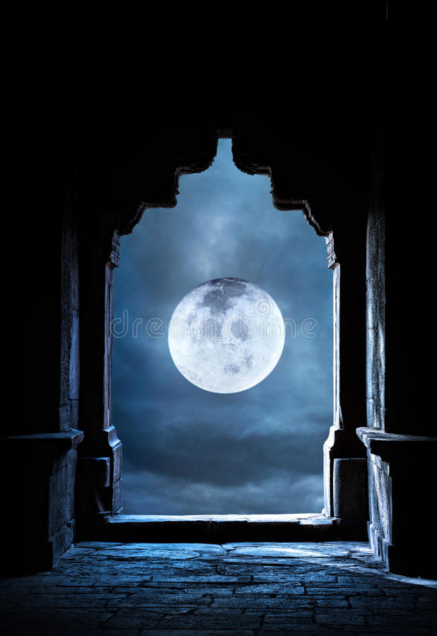 Båge och fullmåne arkivbilder