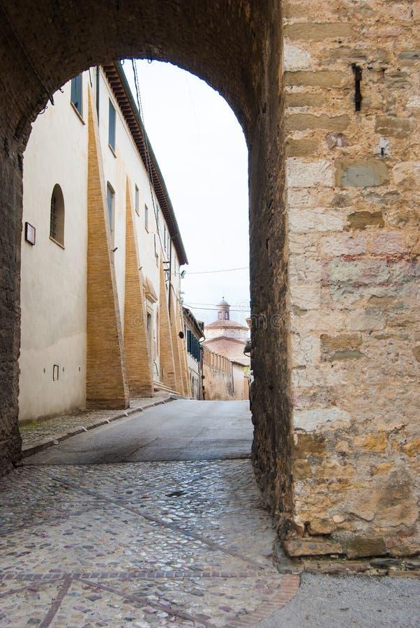 Båge och gata av Montefalco i Umbria royaltyfri foto
