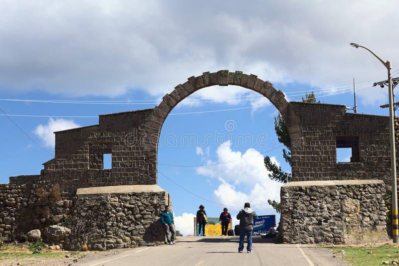 Båge på gränsen mellan Yunguyo (Peru) och Kasani (Bolivia) royaltyfri fotografi