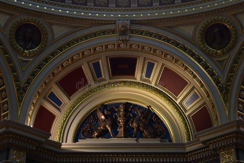 Båge som dekoreras i inre av National Gallery i London royaltyfri bild
