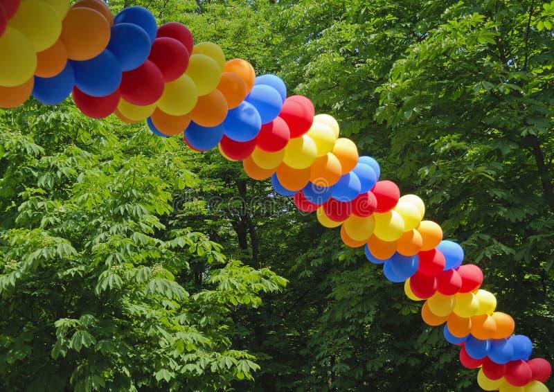 Båge som göras från färgrika ballonger royaltyfri bild