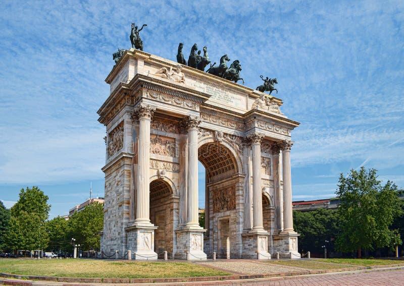 Bågen av fred i Sempione parkerar, Milan, Lombardy, Italien royaltyfria foton