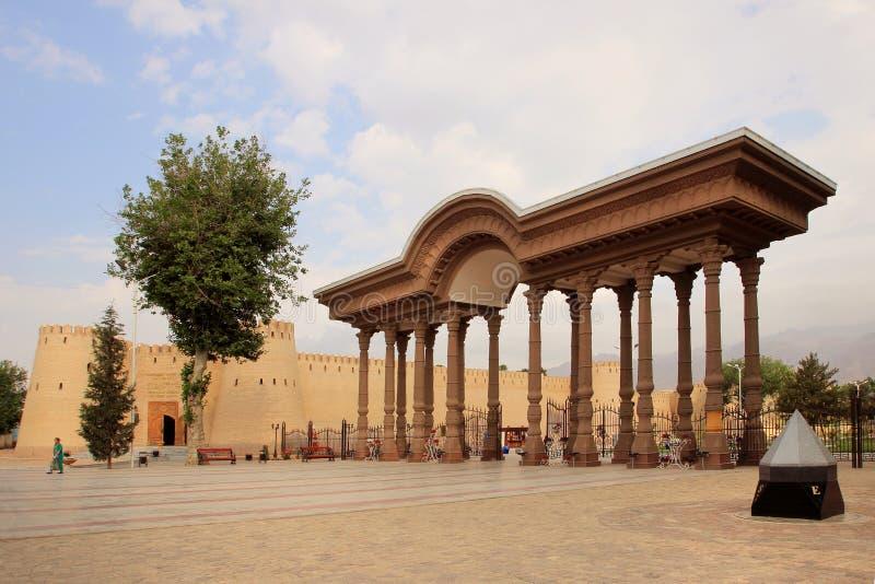 Bågen i parkera och den Khujand fästningen (citadellen), Tadzjikistan i den Khujand staden, Tadzjikistan royaltyfria foton