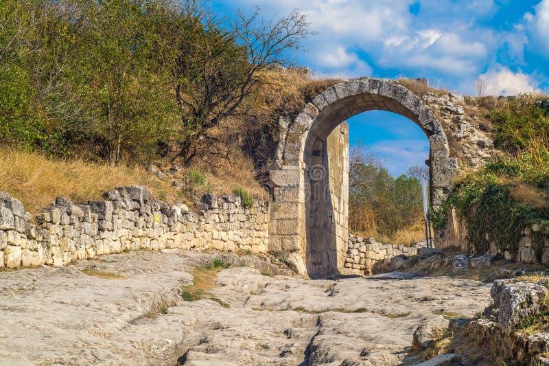 Bågen och vägen av den forntida staden i bergen på a arkivfoto