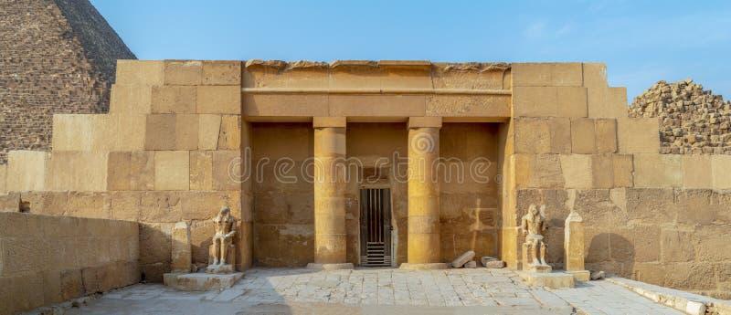 Bårhustemplet av Khufu på den komplexa avslöjande delen för Giza pyramid av pyramiden av Khufu i bakgrunden, Giza, Egypten royaltyfria bilder