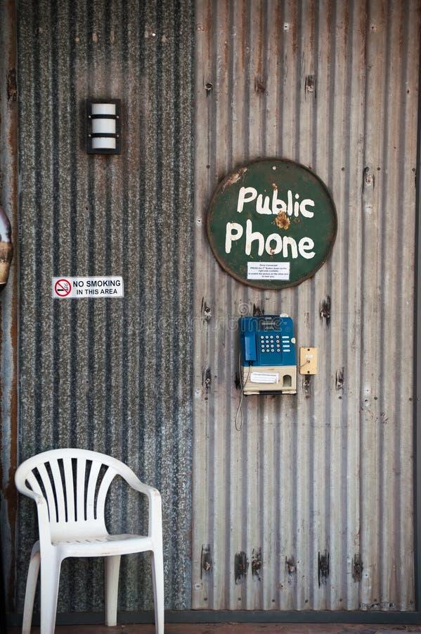 Bås för offentlig telefon på stationen för en vildmark i Australien royaltyfria bilder