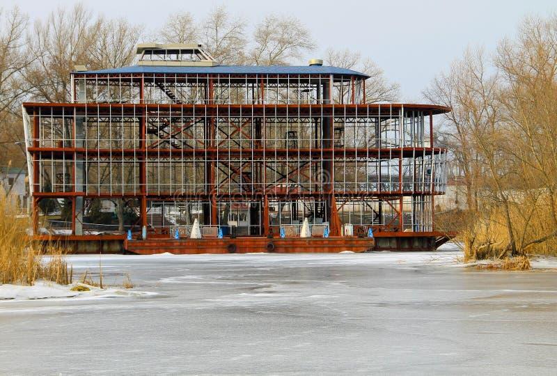 Båtstationen vid floden Dnieper i Kremenchug, Ukraina royaltyfria foton