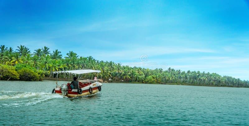 Båtuthyrare i floden av Kerala, södra Indien arkivfoto