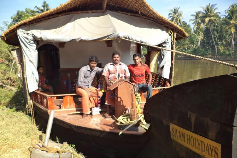 Båtuthyrare på en husbåt i Kerala, Indien royaltyfria foton
