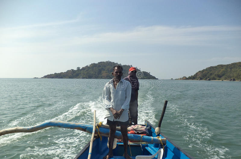 Båtuthyrare på ett fartyg nära Palolem sätter på land, Goa, Indien royaltyfria foton