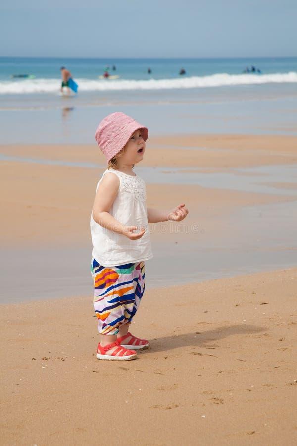 Bébé à demander de plage photos libres de droits