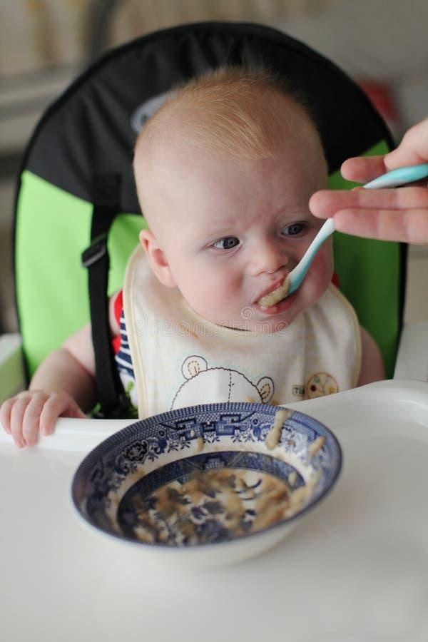 Bébé étant nourri à la cuiller. photographie stock libre de droits