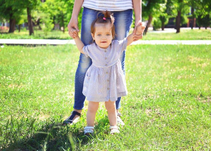 Bébé adorable tenant des mains du ` s de mère photographie stock libre de droits
