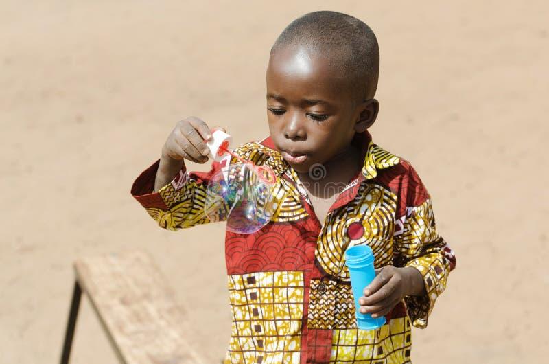 Bébé africain adorable jouant à Bamako, Mali Africa photographie stock libre de droits