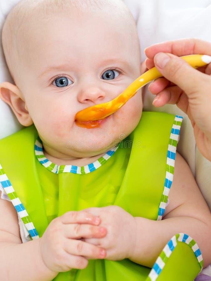 Bébé alimentant  photos libres de droits