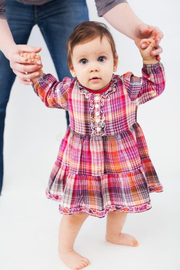 Bébé apprenant à marcher photographie stock libre de droits