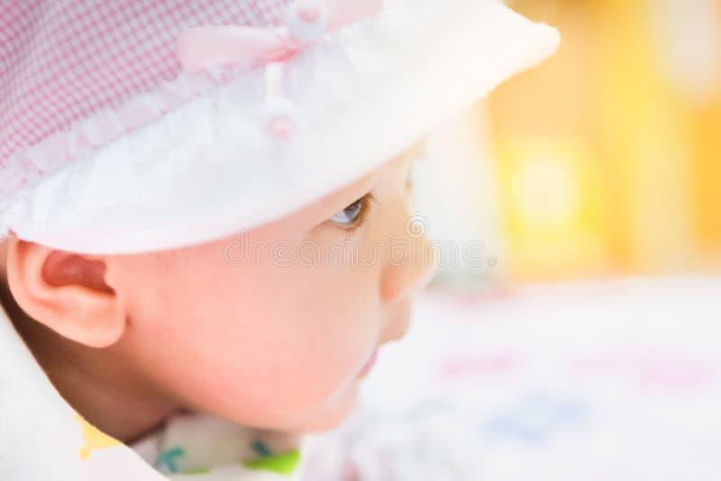 Bébé asiatique doux s'étendant sur le lit à la maison photos stock