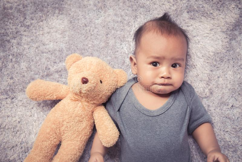 Bébé asiatique nouveau-né dormant sur velu blanc image libre de droits