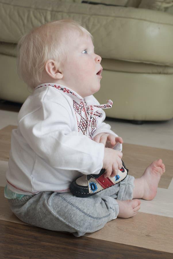 Bébé atteignant  photos libres de droits