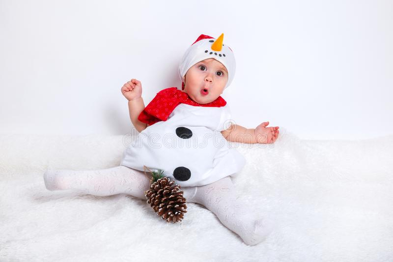 Bébé attirant stupéfait dans le costume de Noël reposant et ayant l'amusement photos libres de droits