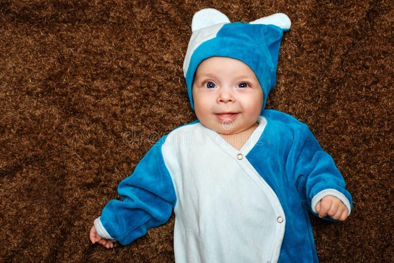 Bébé aux yeux bleus photographie stock