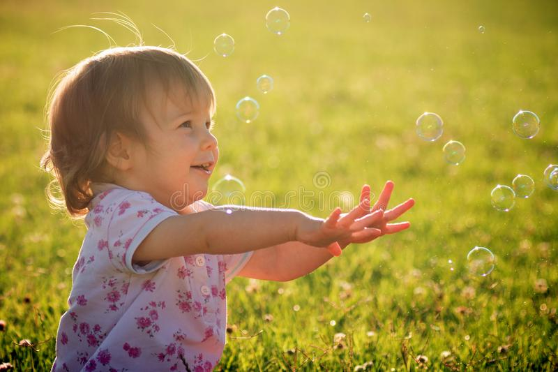 Bébé avec des bulles photo stock