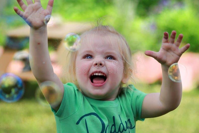 Bébé avec des bulles de savon photos stock