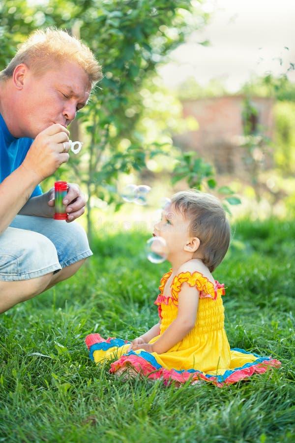 Bébé avec des bulles de savon photographie stock libre de droits