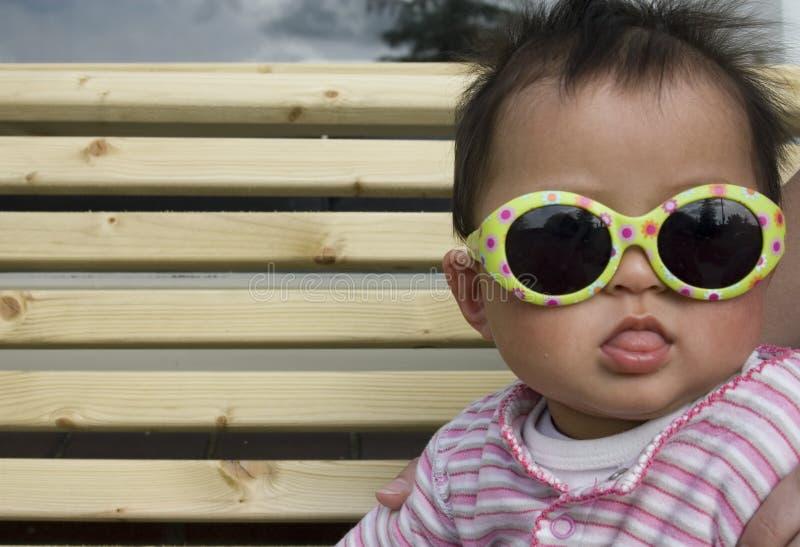 Bébé avec des lunettes de soleil image stock