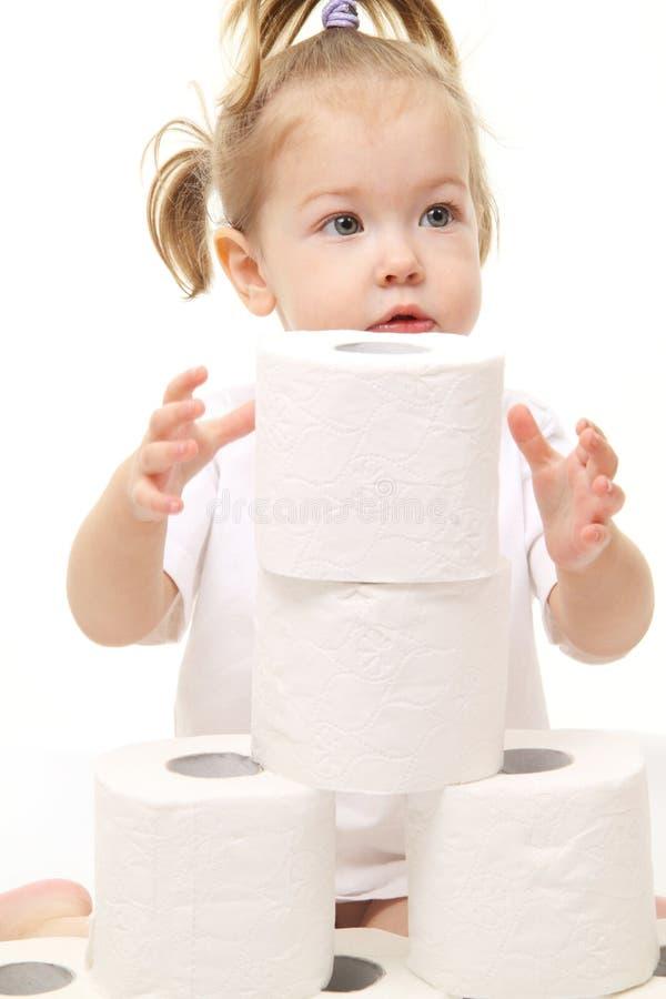 Bébé avec du papier hygiénique photographie stock