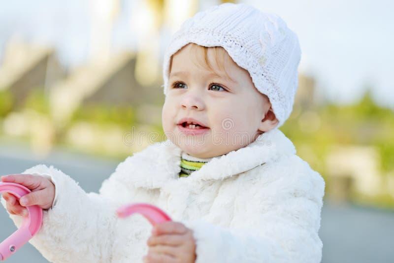 Bébé avec la poussette images stock