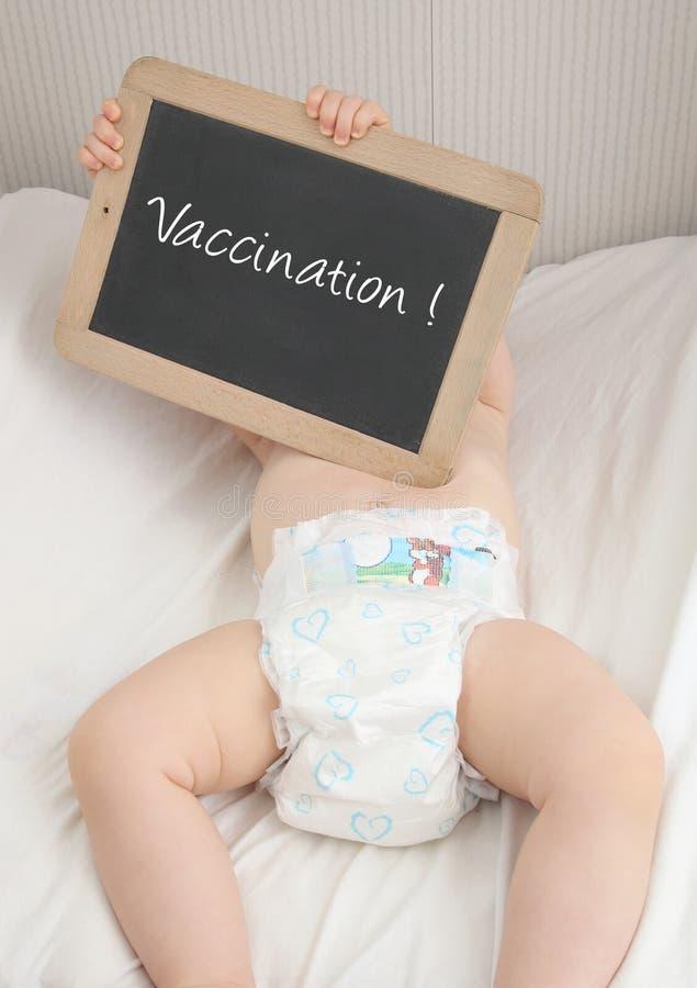 Bébé avec la vaccination de tableau noir photographie stock libre de droits
