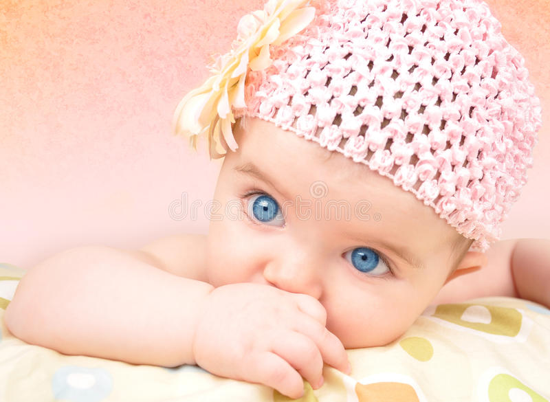 Bébé avec le chapeau de fleur