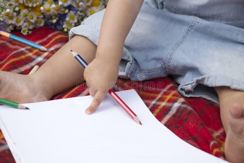 Bébé avec le crayon photographie stock