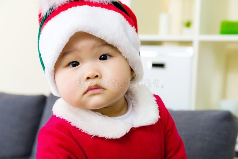 Bébé avec le habillage de Noël image stock