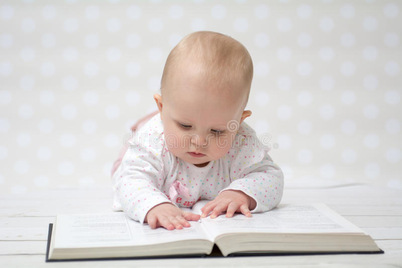 Bébé Avec Le Livre Photo Stock. Image Du Divertissement - 51602898