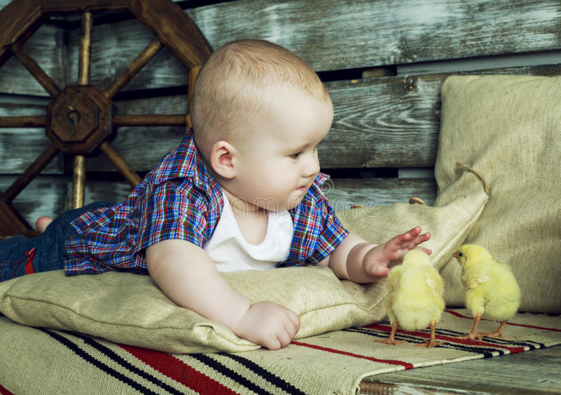 Bébé avec le poulet images libres de droits