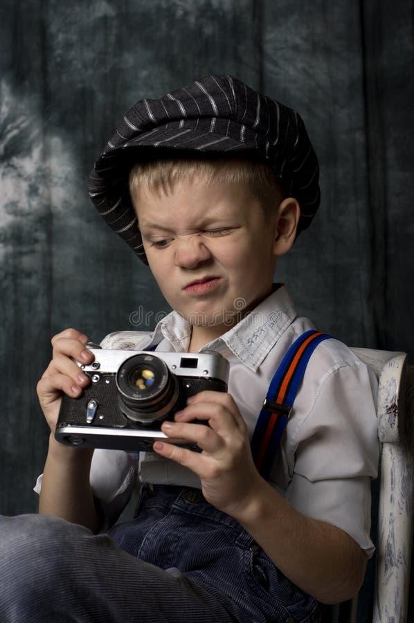 Bébé avec le rétro appareil-photo photographie stock libre de droits