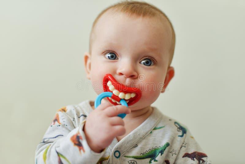 Bébé avec le simulacre drôle images stock