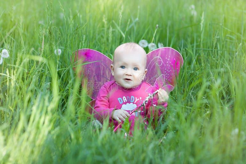 Bébé avec les ailes roses image stock