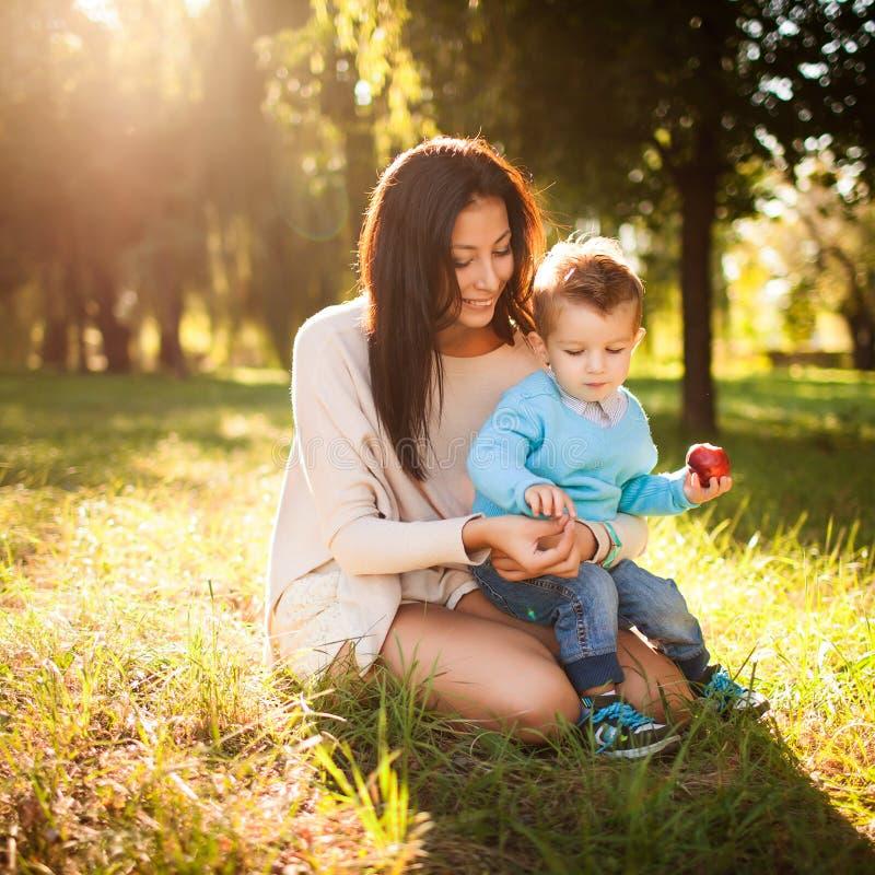 Bébé en parc avec sa maman photographie stock